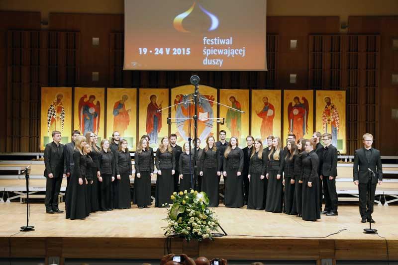 Chór Kameralny Akademii Muzycznej w Katowicach wraz z dyrygentem Krzysztofem Dudzikiem