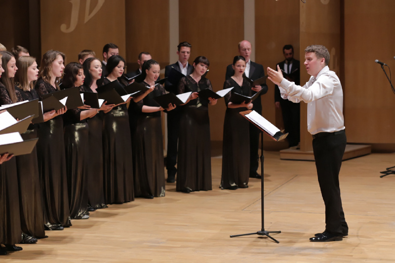 Aleksiej Szamrycki dyryguje chórem podczas Koncertu Inauguracyjnego