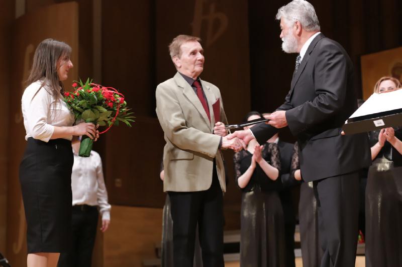 Romuald Twardowski przyjmuje List Gratulacyjny Związku Kompozytorów Polskich z rąk Dyrektora Festiwalu