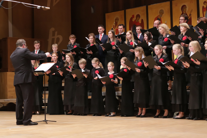 "Chór ""Schola Cantorum Maximilianum"" podczas występu"