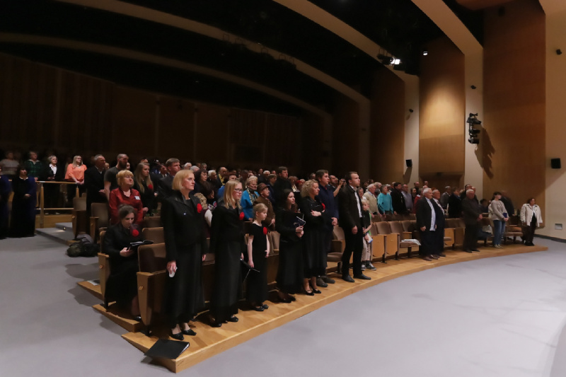"""Publiczność festiwalowa podczas wykonania """"Molitwa za Ukrainu"""""""