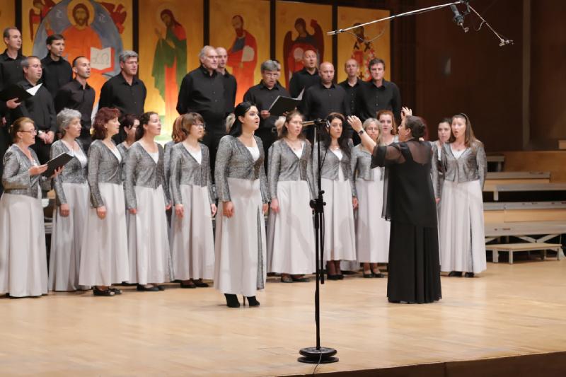 """Chór """"Angeł Manołow"""" prezentuje repertuar wraz z solistką Mariną Uzonową"""