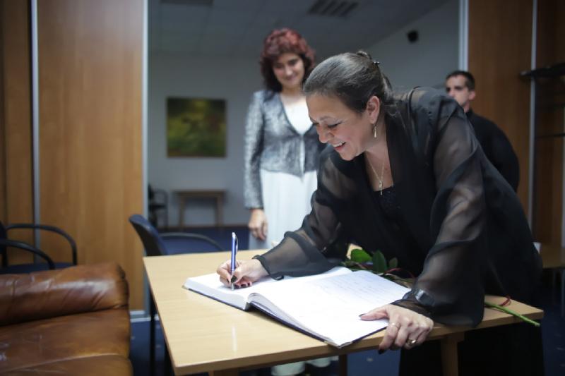 Dyrygent Darena Popowa wpisuje się do Księgi Pamiątkowej Festiwalu