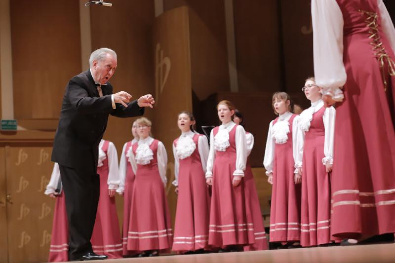 Dyrygent Jurij Sukolenow wraz chórem