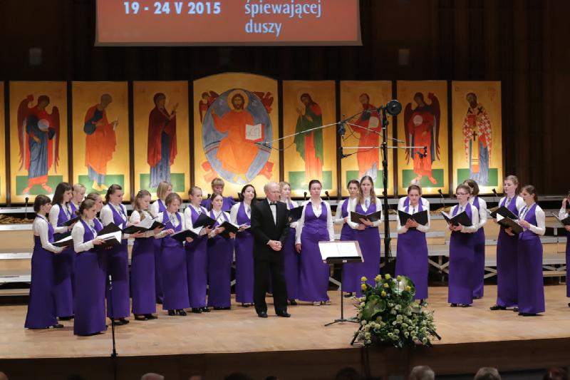 Dyrygent Wiktor Maslennikow wraz z chórem