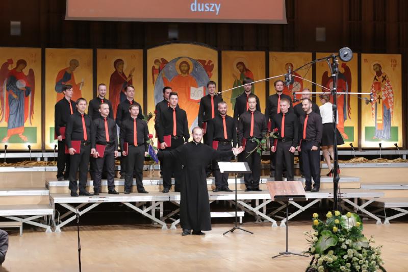Dyrygent diakon Serafim Dubanow wraz z chórzystami