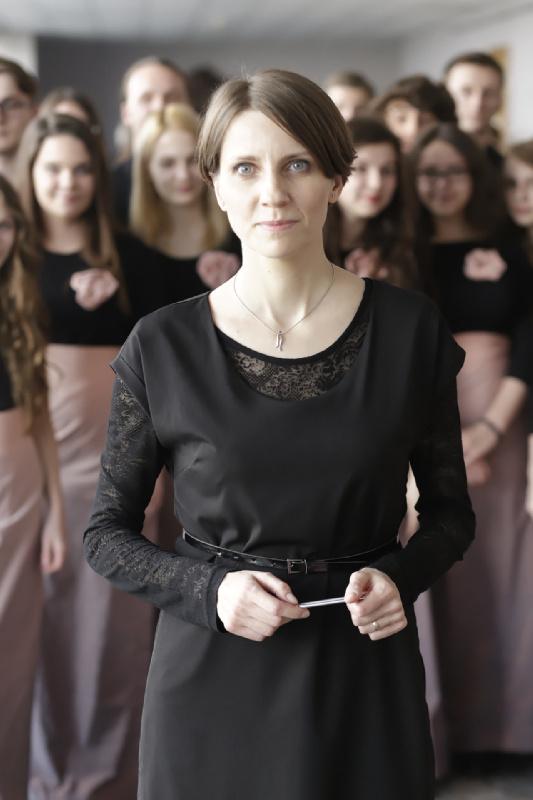 Dyrygentka Joanna Muśko z chórem w oczekiwaniu na wyjście na scenę