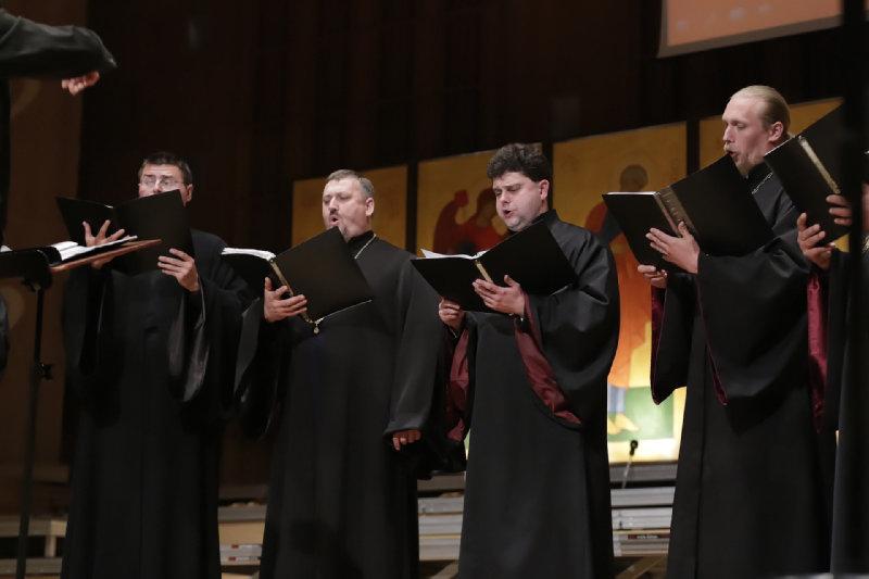 """Wykonanie kompozycji """"Oj zijszła zora"""" Mykoły Leontowycza – solo protodiakon Taras Grudowij (trzeci od lewej)"""