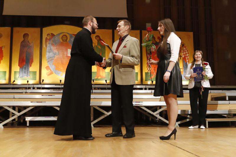 Diakon Serafim Dubanow odbiera gratulacje na scenie