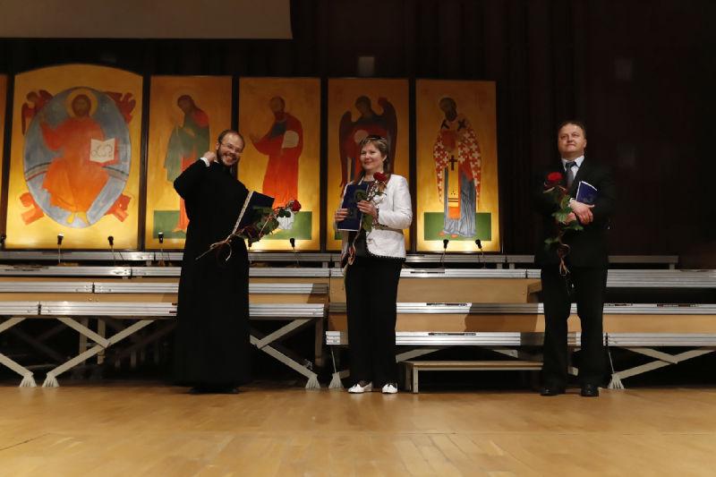 Trójka dyrygentów chórów – zwycięzców w kategorii parafialnej (od lewej: diakon Serafim Dubanow, Lubow Gałkina, Zbigniew Siekierzyński)