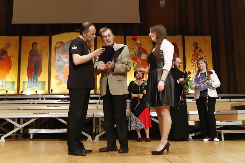 Dyrygent Jacek Kraszewski przyjmuje gratulacje