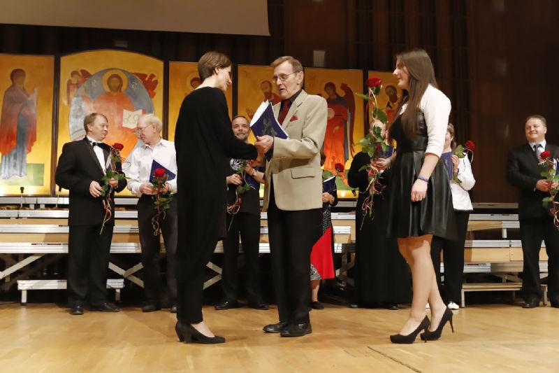 Dyrygntka Joanna Muśko przyjmuje gratulacje z rąk Romualda Twardowskiego