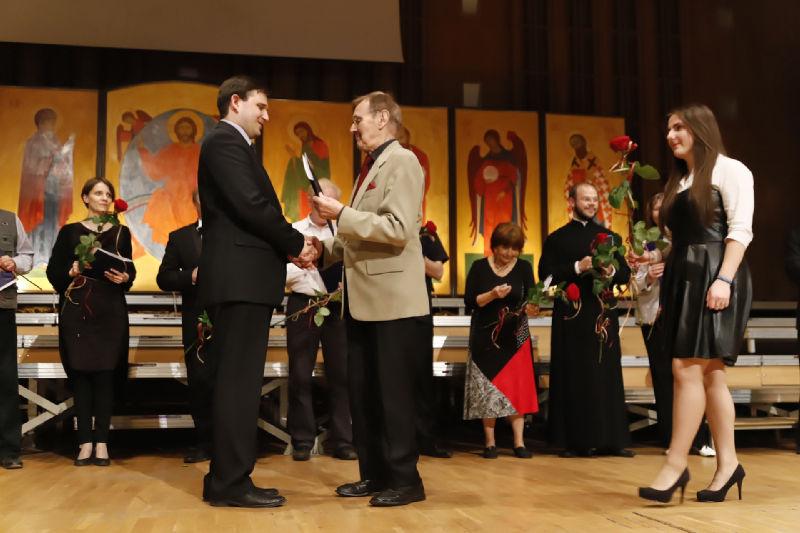 Dyrygent Aleksiej Snitko przyjmujący gratulacje Przewodniczącego Jury