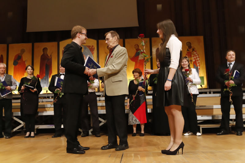 Dyrygent Krzysztof Dudzik przyjmuje gratulacje