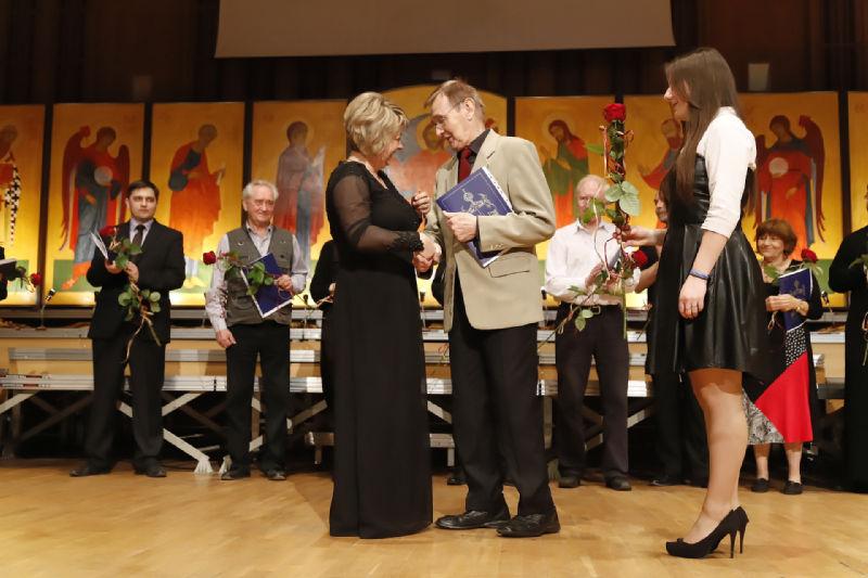 Dyrygentka Julija Tkacz przyjmuje gratulacje  oraz Chór Kameralny Państwowej Filharmonii w Czelabińsku (Rosja) z dyrygentką Olgą Selezniową .