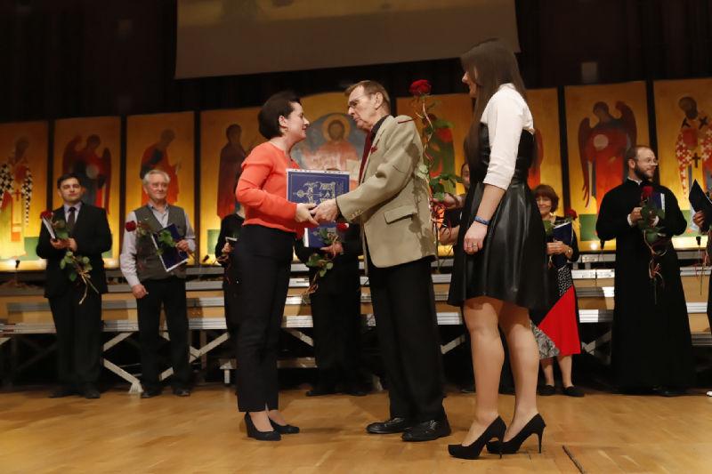 Dyrygentka Olga Sielezniewa odbiera nagrodę