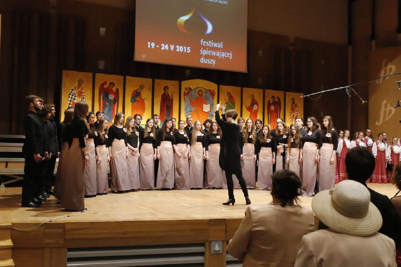 "Chór ""Collegium Juvenum"" od dyrekcją Joanny Muśko wykonuje ""Gaude Mater Polonia"""