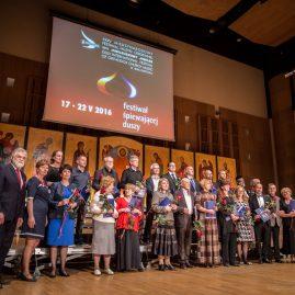 1.Laureaci i organizatorzy Festiwalu.