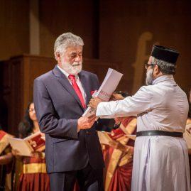 24. Ojciec M.P.George – dyrygent Chóru z Dubaju wręcza Dyrektorowi Festiwalu partyturę swojego utworu.